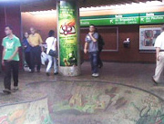 Foto de anúncio adesivado em estação de metrô