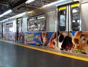 Foto de anúncio em adesivação de trem no metrô