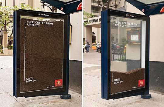 Publicidade em abrigo de ônibus com a oferta de café grátis oferecido pelo McDonald's