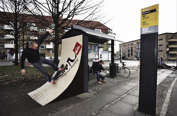 Publicidade em abrigo de ônibus com uma rampa instada pela marca QuickSilver