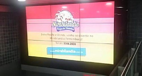 Foto de um dos painéisda campanha da Mirabilândia na área de desembarque do Aeroporto de Recife