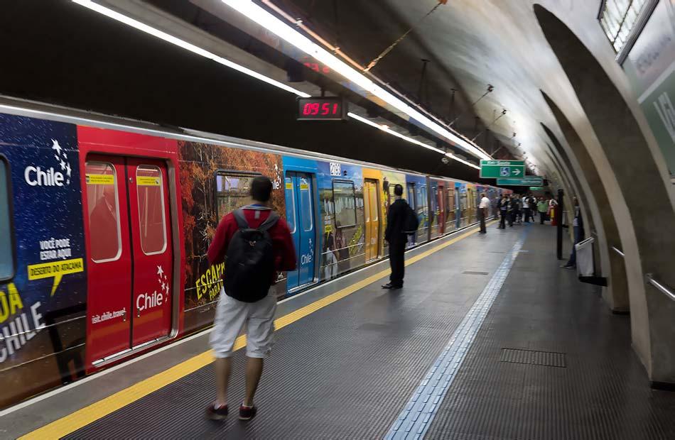 Foto de publicidade em adesivação de trem na linha 2-Verde do metrô de São Paulo