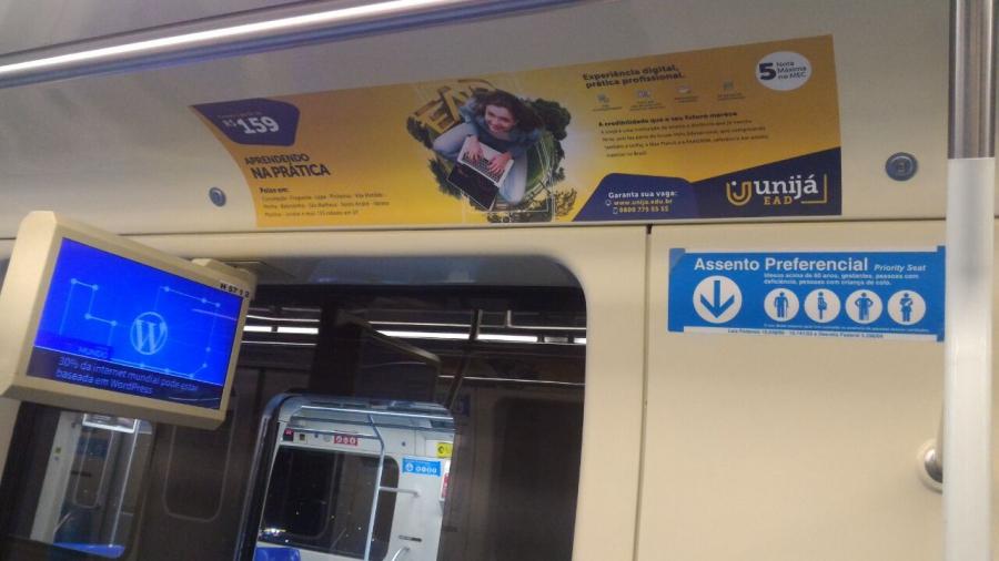 Imagem de um anúncio em sanca de trem no metrô de São Paulo