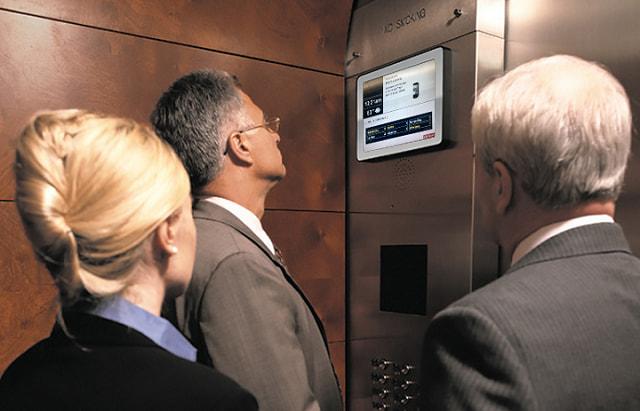 Mídia em monitor de elevador | Uso da programática em DOOH