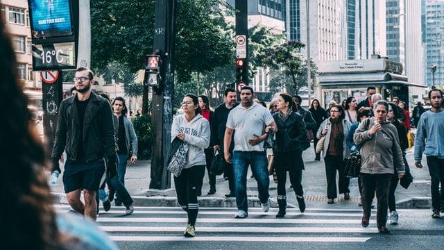 Anúncios em relógios de rua podem impactar milhares e milhões de pessoas nas ruas