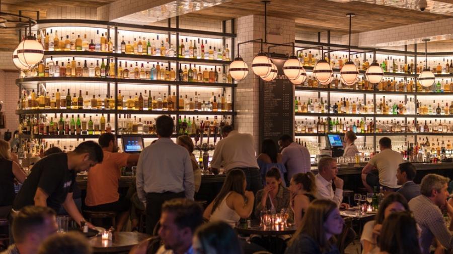 Pessoas se divertindo em um bar | As segmentações comportamentais na publicidade