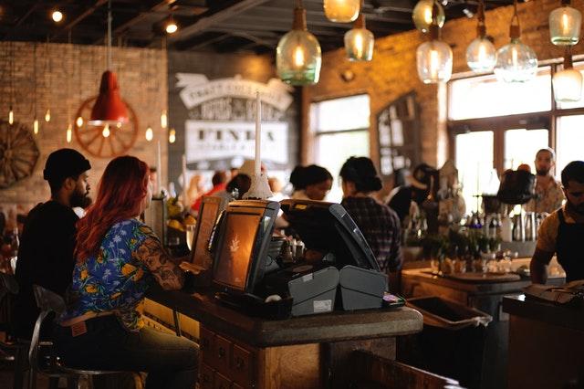 Pessoas conversando em um bar   O uso das segmentações comportamentais na publicidade