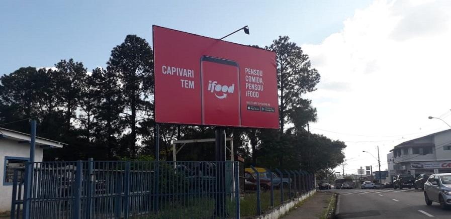 Campanha do Ifood em outdoor front light em Capivari/SP