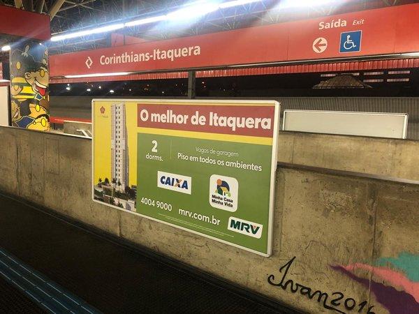 Anúncio em painel super da estação Corinthians-Itaquera, da CPTM de São Paulo. Campanha da MRV